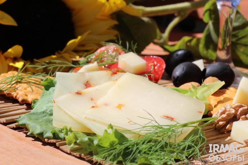 Сыр Иркутский СыроварЪ Качотта итальянский полутвердый С вялеными томатами