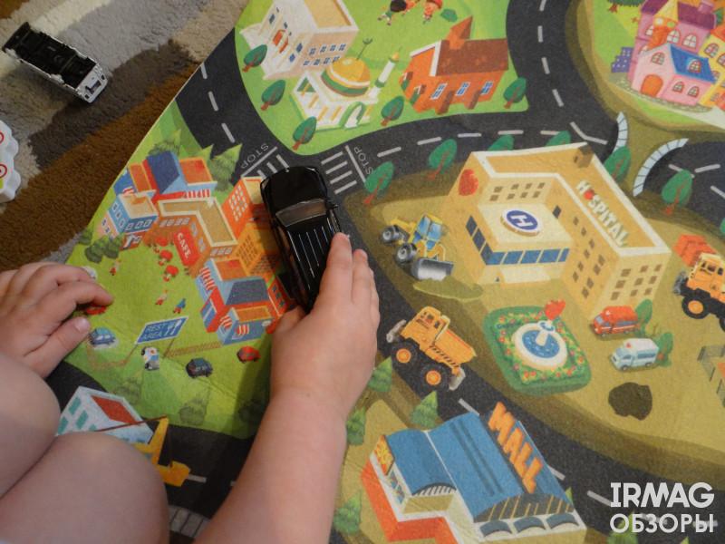 детский игровой коврик от Kribly Boo и машинки